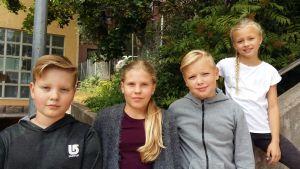 Emil Kataja, Alma Wiljanen, Christian Edelman och Vendela Hagström från Cygnaeus skola valde mat för Finnairs långdistansflyg.