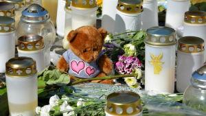 gravljus, teddybjörn och blommor på Åbo torg.