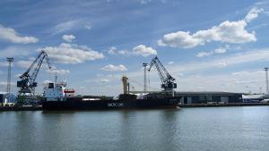 Lastfartyg lastas i Åbo hamn.