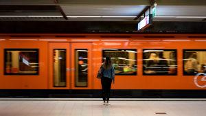 Ihmisiä astumassa ulos metrojunasta, metro Rautatieasema