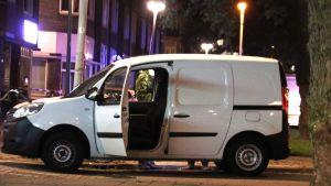 Polisen undersöker en skåpbil med gaskanistrar som påträffades utanför konserthallen.