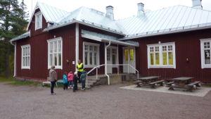 En skolbyggnad i trä.