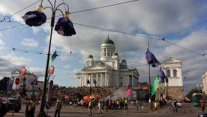 Konstens natt firas framför domkyrkan i Helsingfors.