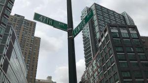 Gatuskylt bland skyskraporna, hörnet av Center Boulevard  och 47 avenue i Long island City