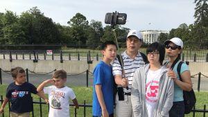 Populärt mål för selfiepinnen. Familjen framför Vita huset.