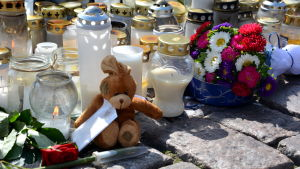 Ljus, blommor och teddybjörn på Åbo Salutorg.