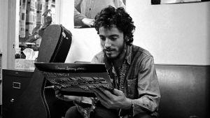 Bruce Springsteen vuonna 1972. Arkistokuva musiikkidokumentista Bruce Springsteen omin sanoin (2017).