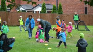 Barn spelar fotboll