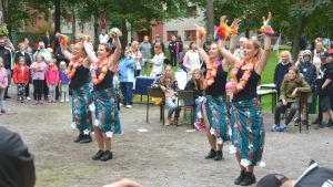 Fyra kvinnor dansar