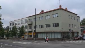 Ett trevåningshus i dåligt skick intill Mannerheimgatan i Borgå.