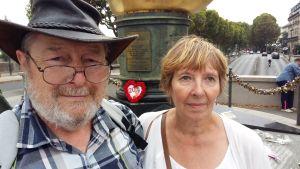 Louis och Susan Orchard på place de l'Alma i Paris.