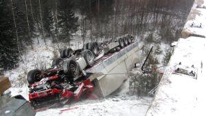 Olycka på motorväg med kraschad långtradare.