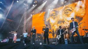 Ultra Bra lavalla Ruisrockissa heinäkuussa 2017.