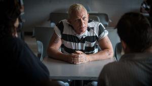 Joe Bang får besök i fängelset.