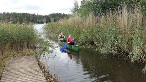 Melina Johansson och Roosa-Maria Englund paddlar.