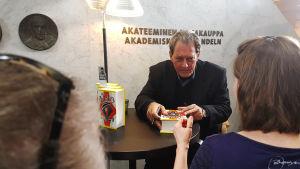 Kirjailija Paul Auster jakamassa nimikirjoituksia Akateemisessa kirjakaupassa. Tapaaminen Presidentti Sauli Niinistön kanssa.