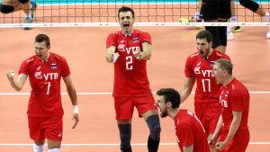Rysslands spelare jublar.