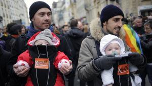 Två franska pappor demonstrerar i Paris