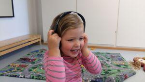 Eva på Kuratorstigens daghem lyssnar på intervjun med sig själv.