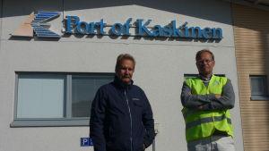 Timo Onnela och Patrik Hellman står under en skylt där det står Port of Kaskinen.