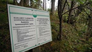 Skylt som visar att Älgsjölandet i ingå skärgård är ett naturskyddsområde.
