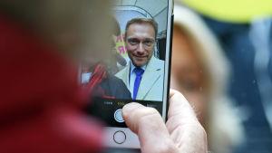 Christian Lindner, partiordförande för det liberala partiet FDP, poserar för en selfie med en anhängare vid ett kampanjtillfälle i Lübeck inför det tyska förbundsdagsvalet i september 2017.