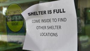Ett evakueringscenter har blivit fullt.