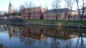 Åbo domkyrka och Katedralskolan speglas i Aura å.