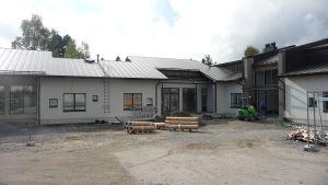 Ingången till det nya serviceboendet i Närpes.