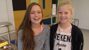 – Gäddbiffarna är goda, säger Elvira Andersson och Isabelle Törnqvist i Houtskär.