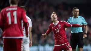 Christian Eriksen jublar på fotbollsplan.