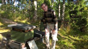 Aimo Nurminen vid en bikupa.