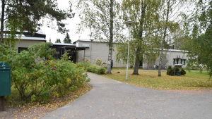 En vit tegelbyggnad som är Västra Nylands folkhögskola i Karis.