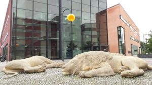 Lejonstatyer utanför yrkesinstitutet Prakticum i Helsingfors.