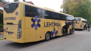 Bussar utanför flyktingförläggningen i Evitskog i Kyrkslätt.