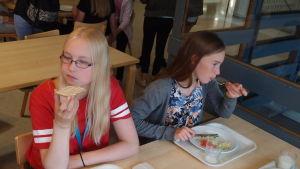 Olivia Käldström äter mest sallad och knäckebröd.