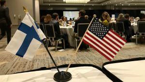 affärslunch med finländsk och amerikansk flagga. Från pres Niinistös lunch med Economic Club of Minneapolis