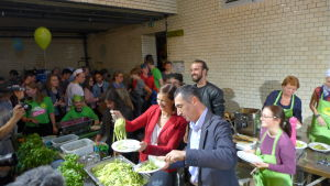 De gröna partiledarna Katrin Göring-Eckardt och Cem Özdemir öser upp vegetarisk pasta i Berlin.