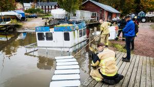 Räddningsverket lägger ut oljebommar kring sjunken båt