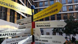Vägskylt på det tyska utrikesministeriet visar vägen till Warszawa 527 kilometer