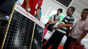 Kinesiska mässbesökare bekantar sig med solpaneler