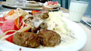 Köttbullar med potatis och sallad