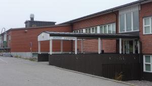 Mosebacke skola i Närpes med röda tegelväggar.