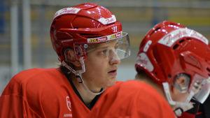 Tony Sund pustar ut på träning med sitt lag Vasa Sport.
