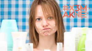 Kvinna med hudkräm på ansiktet. Hon ser bekymrad ut. Framför henne syns flera burkar med hudkrämer och salvor.