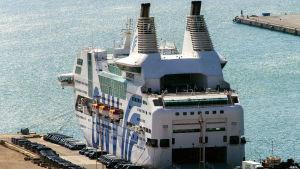 Ett passagerarfartyg i Barcelonas hamn.