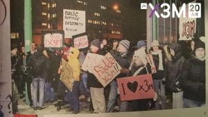 Demonstranter med skyltar