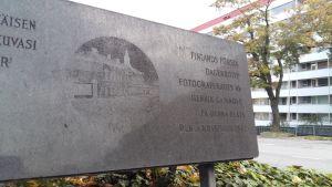 Skylt på Nylandsgatan där Finlands första dagerrotyp fotograferades av Henrik Cajander, av det Nobelska huset.