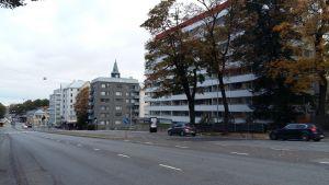 Platsen på Nylandsgatan i Åbo där Finlands första fotografi togs. Istället för det Nobelska huset som blev fotograferat står där nu ett vitt höghus.