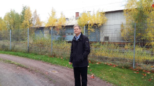 Nakkilas kommundirektör vid järnvägen.